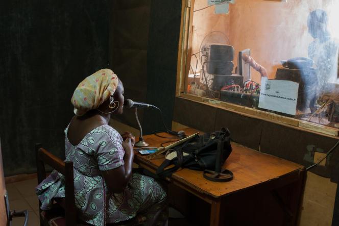 Une animatrice de Radio Royale FM durant son émission.