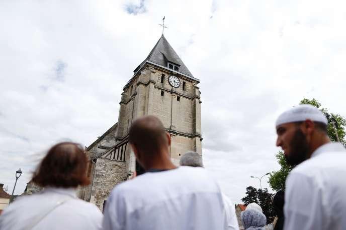 Minute de silence observée par des musulmans et des non-musulmans devant de l'églisede Saint-Etienne-du-Rouvray, vendredi 29 juillet.