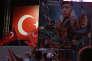 Des partisans du président Recep Tayyip Erdogan, représenté en haut sur l'affiche, à Istanbul, le 10 août.