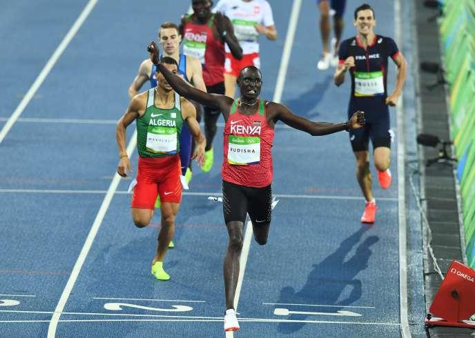 Le Kényan David Rudisha célèbre sa victoire, lundi 15 août.
