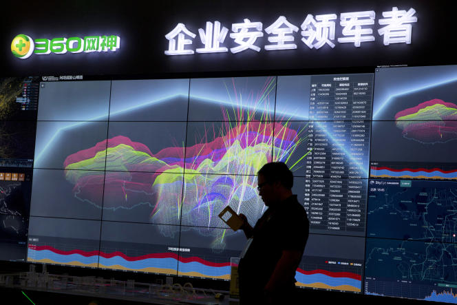 Une silhouette près d'un écran d'ordinateur montrant la visualisation en direct de phishing en ligne et d'appels téléphoniques frauduleux à travers la Chine, durant la 4ème Conférence sur la sécurité Internet en Chine (ISC) à Beijing, le mardi 16 août 2016.