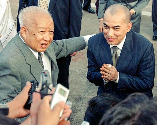 Le roi Norodom Sihanouk et son fils Norodom Sihamoni, à Phnom Penh, le 20 octobre 2004.