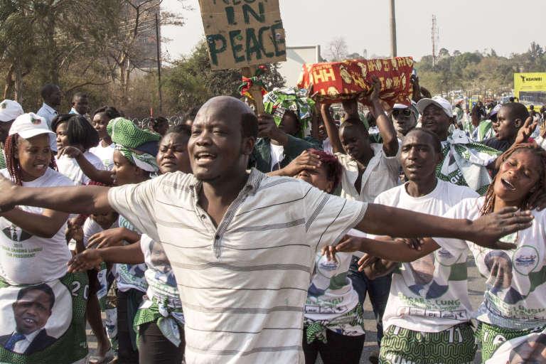 Les partisans du président Edgar Lungu fêtent la victoire de leur candidat, lundi 15 août 2016, à Lusaka, capitale de la Zambie.