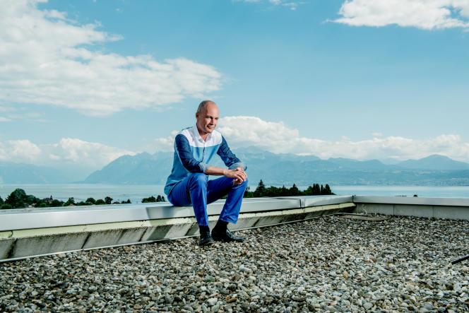«Dans la moitié des pays du monde, l'énergie solaire et éolienne produit déjà de l'électricité jusqu'à trois fois moins chère que le gaz, le charbon et le pétrole» (Bertrand Piccard Aéronaute suisse, photographié sur les toits de l'Ecole polytechnique fédérale de Lausanne où se trouvent les bureaux de Solar Impulse, août 2016).