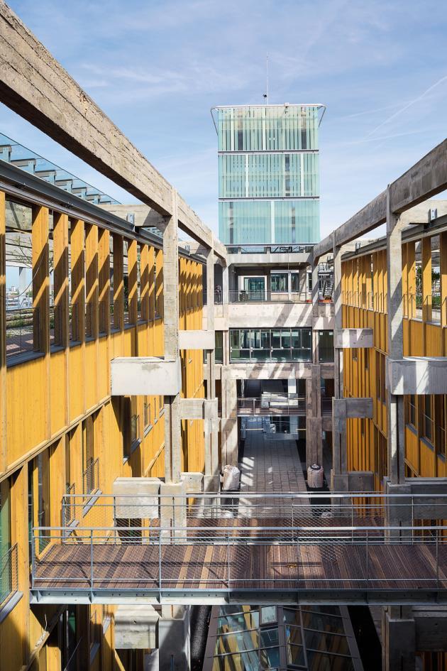 L'architecteFrédéric Jung a reculé la structure originelle du bâtiment pour dégager le cœur du bâtiment,où s'entremêlent verre, acier et bois.