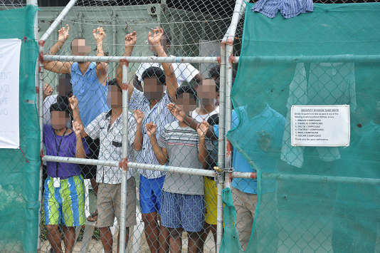 Des réfugiés dans le centre de rétention de Manus, géré par l'Australie et situé sur le territoire de la Papouasie-Nouvelle-Guinée.