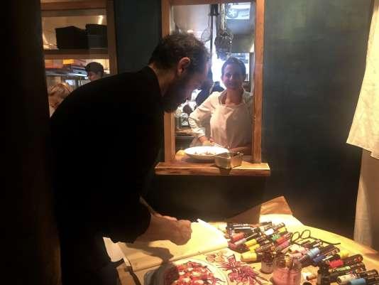 Adeline Grattard dans la cuisine de son restaurant Yam'Tcha, dans le 1er arrondissement de Paris.