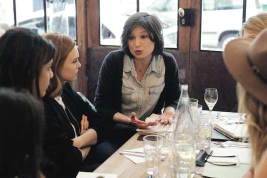 Pour la chef Vanessa Krycève (de face), les cours de cuisine peuvent aider les réfugiés à se reconstruire un avenir.