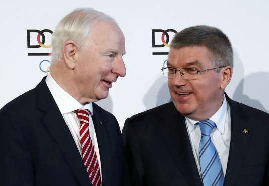 Patrick Hickey (à gauche) aux côtés du président du Comité olympique international, Thomas Bach, à Francfort, en Allemagne, le 20 mai.