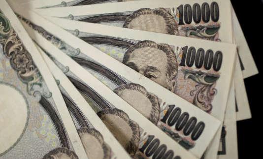 «Sumitomo Mitsui Financial Group (SMFG), la troisième banque du pays, a baissé le taux de rémunération des dépôts à 0,001 %, contre 0,02 % auparavant» (Photo: billets de 10000 yen).