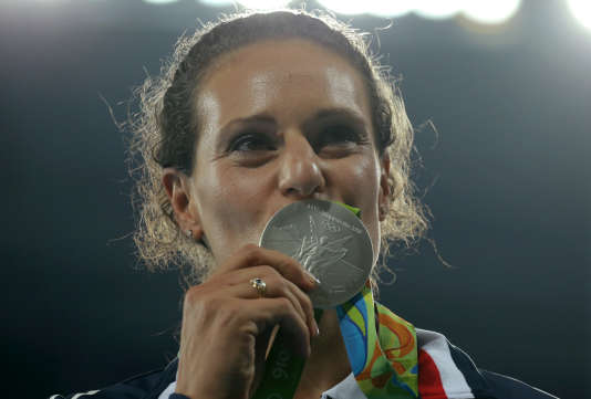 Mélina Robert-Michon embrasse sa médaille d'argent olympique.