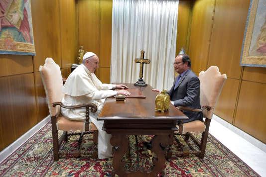 Le président français François Hollande rencontre pour la seconde fois le pape François, lors d'une audience privée au Vatican, le 17 août.