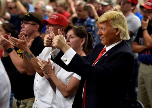 Robert Ensler, un sosie de Donald Trump, lors d'un meeting du candidat républicain à la vice-présidence, Mike Pence, à Henderson, Nevada, le 17 août.