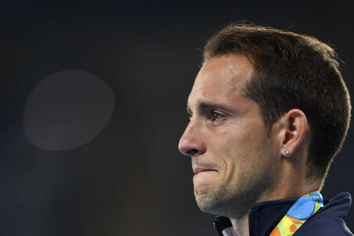 Renaud Lavillenie, sifflé par le public brésilien, n'a pu retenir ses larmes sur le podium.