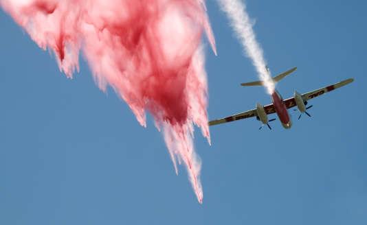Un avion lance du retardateur au-dessus d'un incendie près du col Cajon en Californie, le 16 août.