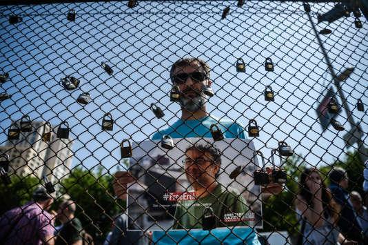 Lors d'une manifestation pour la libération du représentant de Reporters sans frontières en Turquie,Erol Onderoglu, à Istanbul le 24 juin.