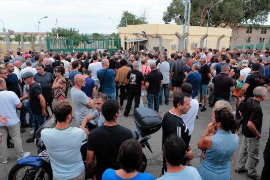 Plus de 500 personnes, des habitants de Sisco, des élus de tous bords et de nombreux militants nationalistes ont participé mercredi soir à un rassemblement de soutien aux deux villageois devant le camp militaire de Borgo.