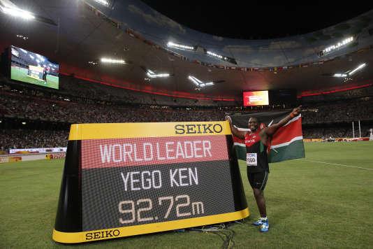 Julius Yego pose devant le panneau affichant la distance de son lancer aux championnats du monde de Pékin, en août2015.