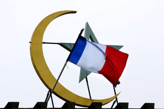 De nombreux responsables politiques appellent les musulmans à prendre position dans le débat public sur la représentation et l'organisation de l'islam, en France.