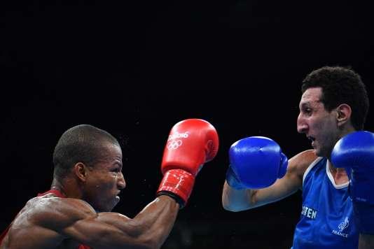 Sofiane Oumiha (à droite), lors de son combat face au Brésilien Robson Conceiçao, mardi 16 août à Rio.
