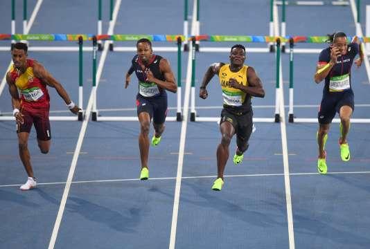 Dimitri Bascou, entre le Jamaïcain Omar McLeod (à droite) et l'Espagnol Orlando Ortega (à gauche).
