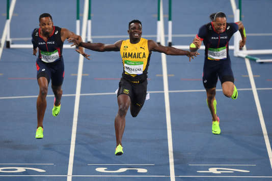 Le Jamaïcain Omar McLeod remporte le titre olympique du 110 m haies, le 16 août à Rio. Dimitri Bascou (à gauche), termine troisième.