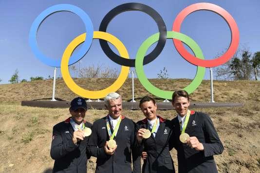 Les médaillés d'or français en équitationau saut d'obstacles par équipe, aux JO de Rio, le 17 août.