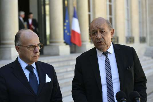 Le ministre de l'intérieur,Bernard Cazeneuve, et le ministre de la défense, Jean-Yves Le Drian, lors d'une conférence de presse à l'Elysée le 17 août.