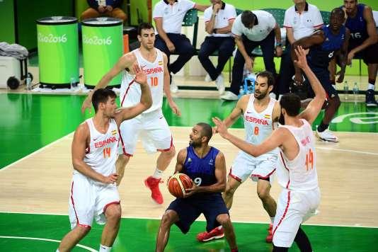 Tony Parker entouré de joueurs espagnols, le 17 août à Rio.