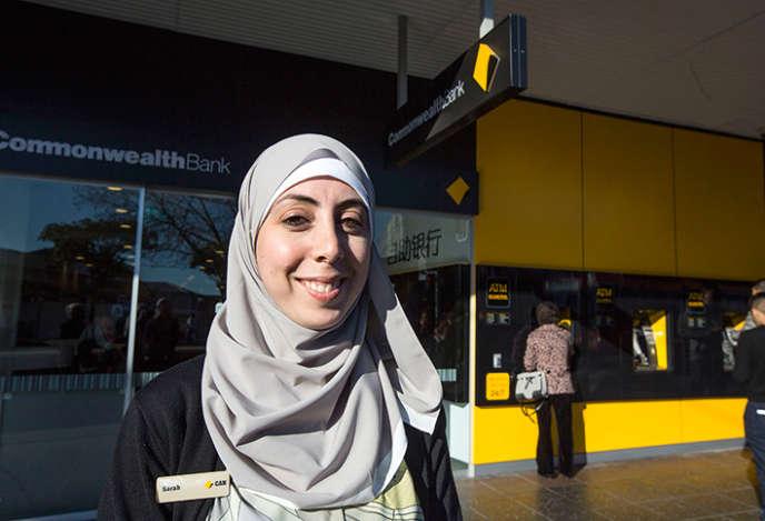 Sarah, salariée d'une des plus importantes banques d'Australie, porte un foulard arborant discrètement le logo de son employeur.