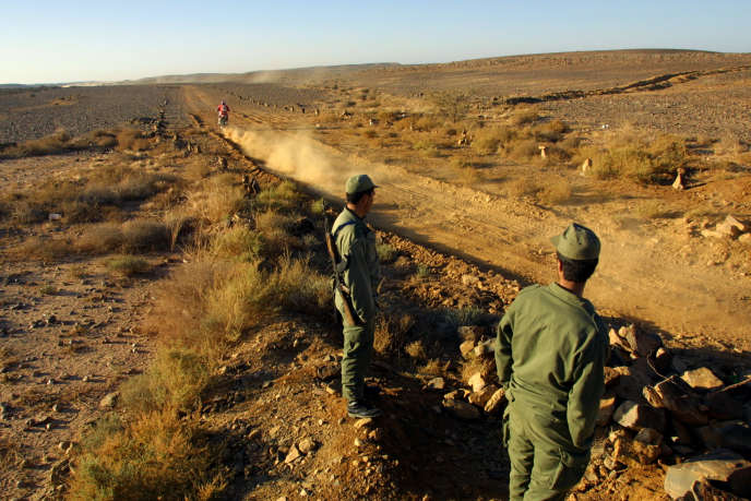 Des soldats marocains à la frontière entre le Maroc et la Mauritanie, le 8 janvier 2001