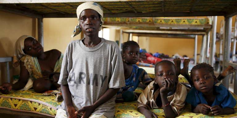 Cicilia Abel et ses enfants, dans le camp pour déplacés de Malkohi (Nigeria), en mai 2015. Menacée par Boko Haram, la famille a été secourue dans la forêt de Sambisa.