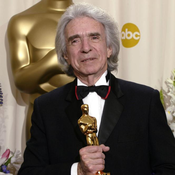 Arthur Hiller lors de la remise du prix humanitaire Jean Hersholt pour ses activités caritatives, en mars 2002.
