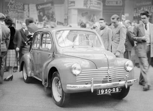 La 4CV, ici au Salon de l'automobile de Paris, en octobre 1949, fut le premier modèle grand public signé Renault.