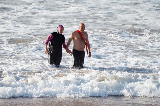 Une femme marocaine se baigne en « burkini» sur la plage Oued Charrat, située entre la capitale Rabat et Casablanca.