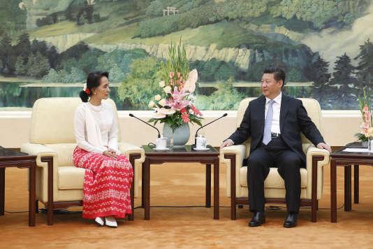 En juin 2015, Aung San Suu Kyi, alors chef de l'opposition birmane, rencontrait pour la première fois Xi Jinping à Pékin.