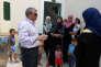 Nabil Morad, le maire de Kylini, rencontre des réfugiés syriens dans le LM Resort, le 13 août.