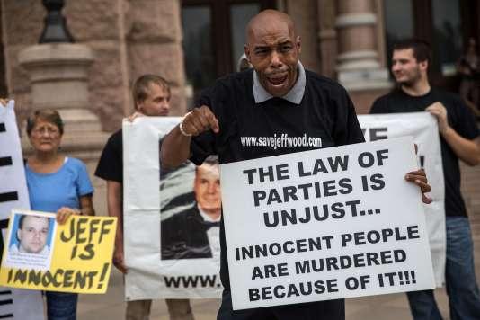 Mark Clements, qui fut emprisonné durant 28 ans puis disculpé, a prononcé un discours en soutien à Jeff Wood, devant le tribunal du Texas, le 18 août.