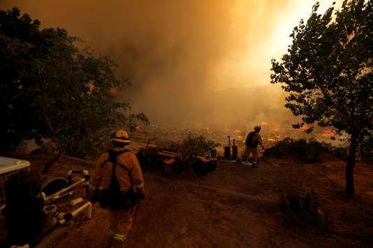 Des pompiers luttent contre le feu dans le comté de San Bernardino en Californie le 17 août.