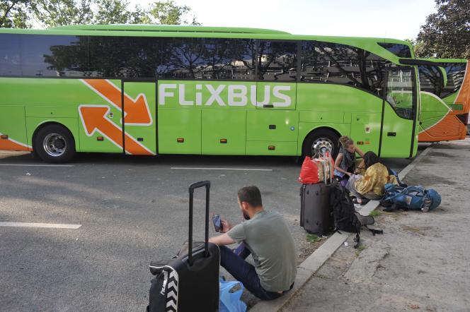 Cars de la compagnie Flixbus, Porte Maillot à Paris, le 9 Juin 2016.