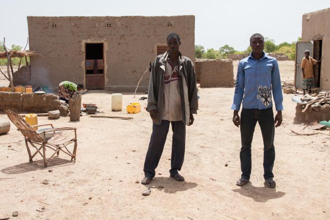 Diassibo et Dapoudi, les deux petits frères du ravisseur, devant sa maison. Ce dernier a abandonné mère, femme et enfants pour fuir avec Taladi.