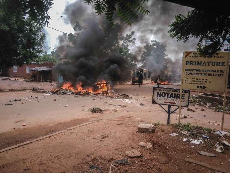 Barricade lors d'une manifestation en soutien au chroniqueur Ras Bath, à Bamako, le 17 août 2016.