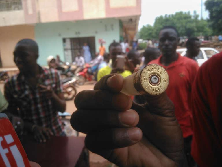 Un manifestant exhibe une douille après uneintervention des forces de l'ordre, à Bamako, le 17 août 2016.