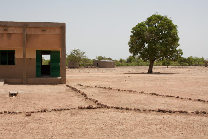 L'école de Taladi et à 50 m, au fond, la maison de son ravisseur.