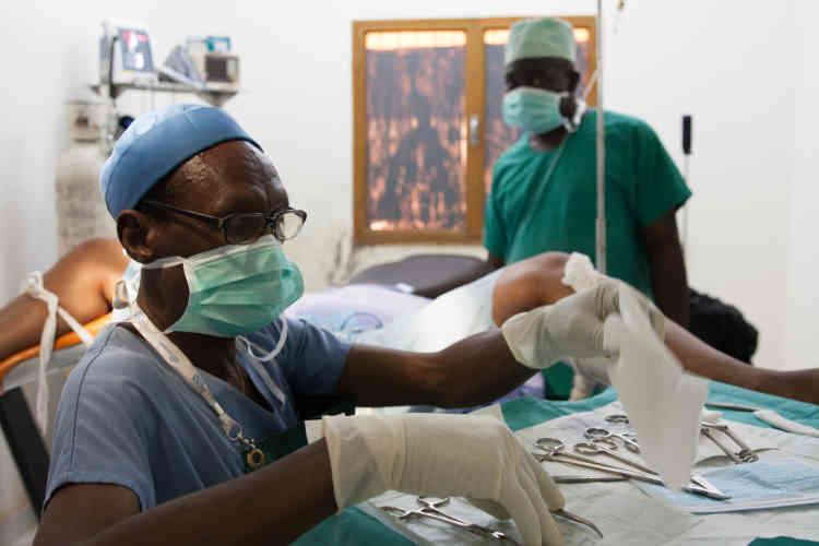 Jour J. «Nous procédons à l'anesthésie loco-régionale. On nettoie le champ opératoire, on le protège avec du matériel stérile.»