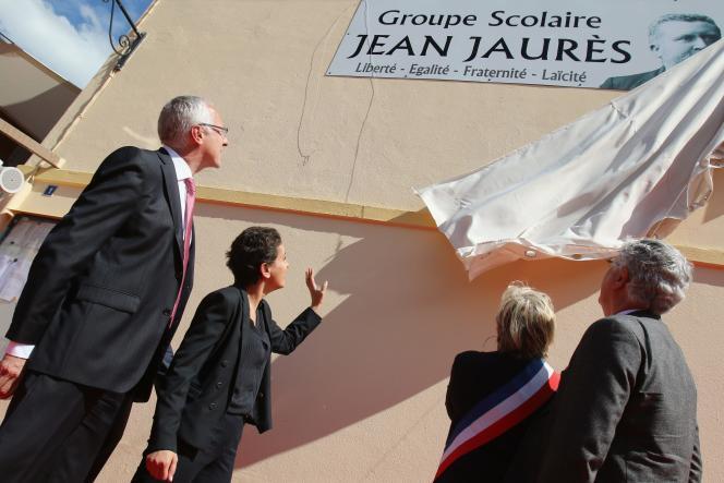 Najat Valaud-Belkacem, ministre de l'éducation nationale, inaugure une école au Houga, dans le Gers, le 15 avril 2016.