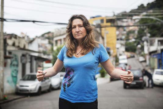 Nadine Gonzalez, installée à Rio depuis 10 ans et créatrice de ModaFusion qui fait travailler de jeunes créateurs issus des favelas, devant chez elle à Vidigal.