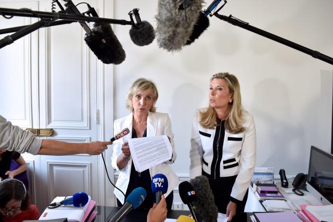Janine Bonaggiunta et Nathalie Tomasini,avocates de Jacqueline Sauvage lors d'une conférence de presse à Paris le 12 août 2016.