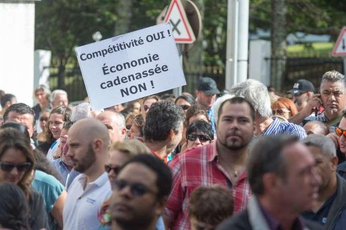 Plusieurs centaines d'entrepreneurs calédoniens ont manifesté le 18 août devant le Congrès pour demander aux élus de ne pas voter ce projet de loi sur la compétitivité.