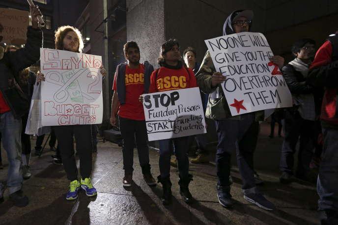 Des étudiants manifestent pour une baisse du coût de l'université à Hunter College, à New York, en novembre 2015.